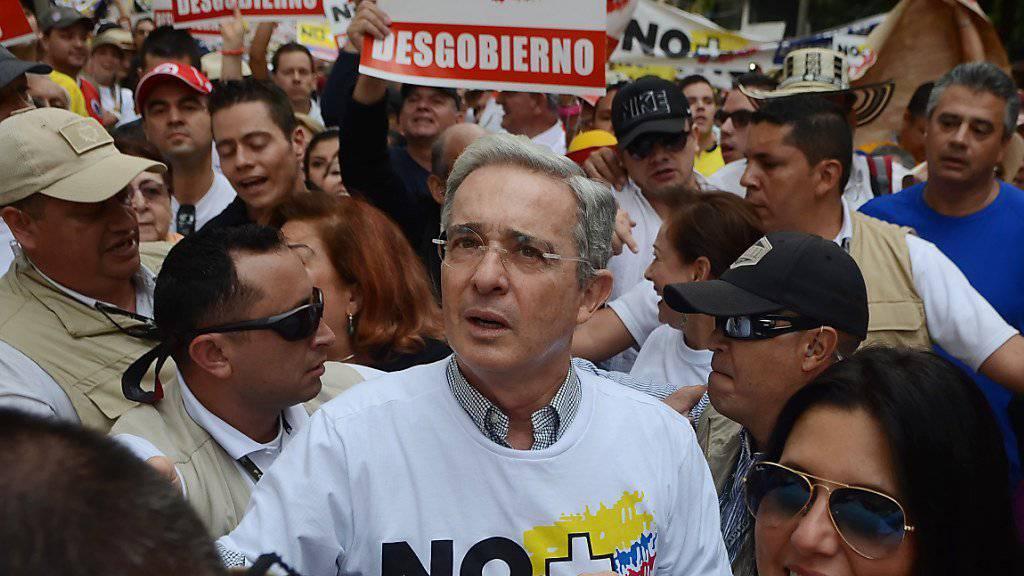 Auch der ehemalige Präsident Kolumbiens, Alvaro Uribe, ging gegen das Friedensabkommen mit der FARC in Medellin auf die Strasse.