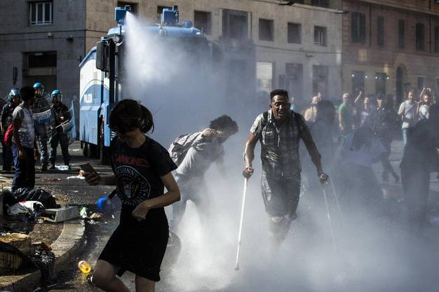 Mit Wasserwerfern versuchten die Einsatzkräfte die Lage am Donnerstag unter Kontrolle zu bekommen.