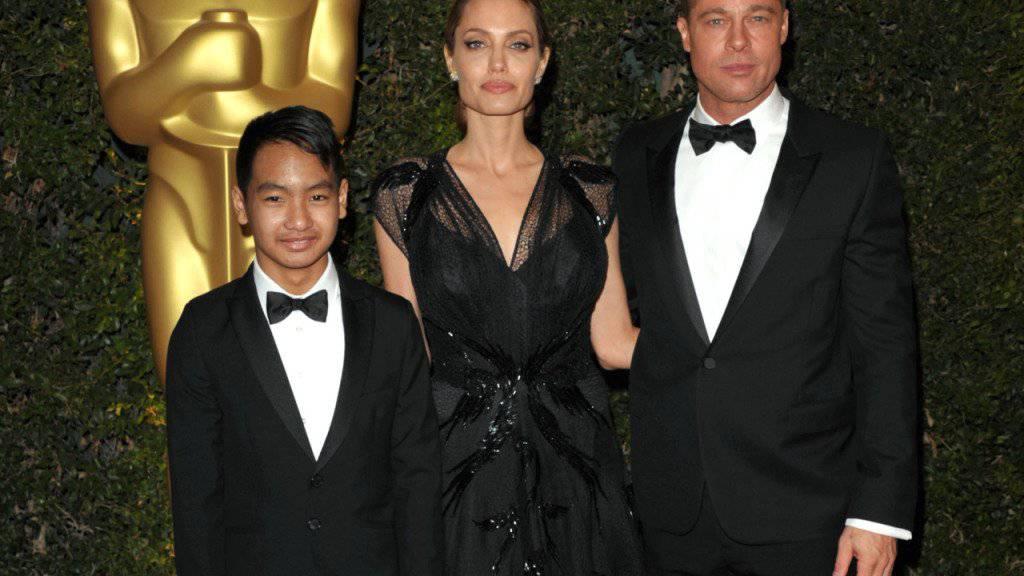 Die Polizei von Los Angeles hat am Donnerstag dementiert, dass sie gegen Brad Pitt - hier mit Noch-Gattin Angelina Jolie und Adoptivsohn Maddox - wegen Kindsmisshandlung ermittelt. (Archivbild)