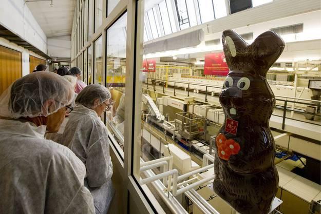 Besucher bei einer Führung durch die Produktionsräumen der Schoggi-Frey.