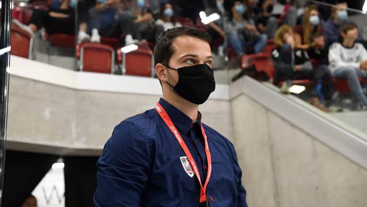 Lukas Wernli verfolgt den Supercup 2020 zwischen dem HSC Suhr Aarau und den Kadetten Schaffhausen in Winterthur mit Schutzmaske.