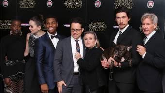 Lupita Nyong'o, Daisy Ridley, John Boyega, Regisseur J.J. Abrams, Carrie Fisher, Adam Driver und Harrison Ford (v.l.) an der «Star Wars»-Premiere in London. Joel Ryan / Keystone