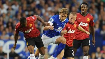 Symbolhaftes Bild: Evertons Nikica Jelavic (blau) setzt sich durch