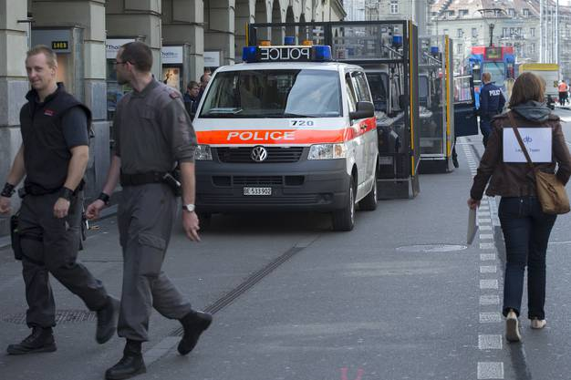 Polizisten patroullieren in der Stadt.