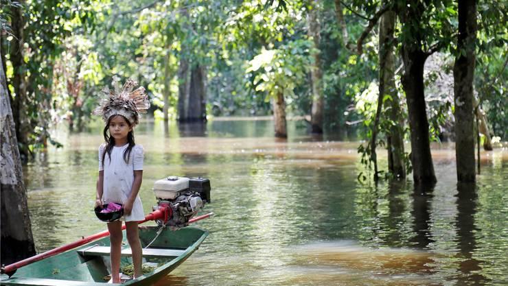 Die Flüsse «Rio Negro» und «Rio Solimões» laden ein zu einer Fahrt mit einem Boot – dieses Mädchen macht Werbung für eine Tour.Fotos: ewu/key