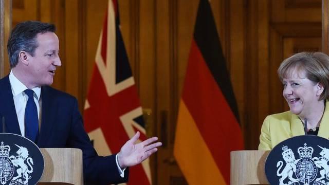 Cameron und Merkel überzeugt, dass Griechenland den Euro behält