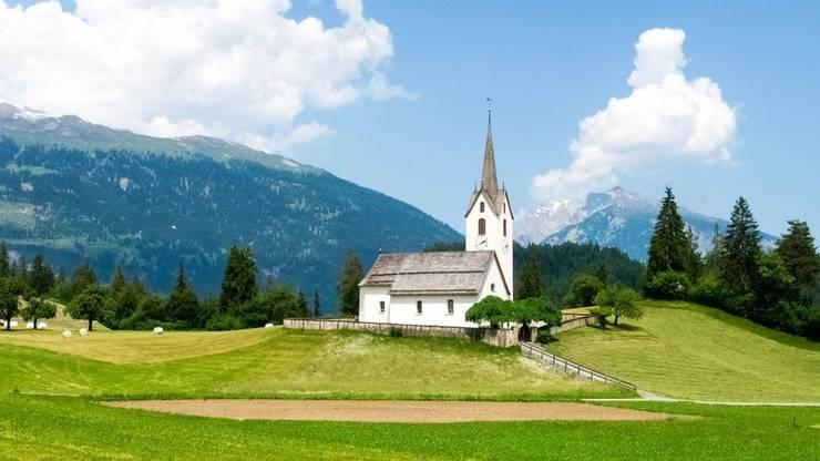 Das Safiental (hier mit der Kirche von Versam) gehört zu den noch sehr ursprünglichen Tälern in Graubünden.