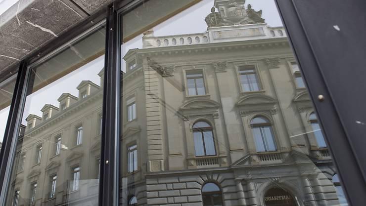 Das Gericht hat am Freitag im Berner Amthaus einen bekannten DJ wegen Anstiftung zu Brandstiftung und versuchtem Versicherungsbetrug zu sechs Jahren Freiheitsstrafe verurteilt.