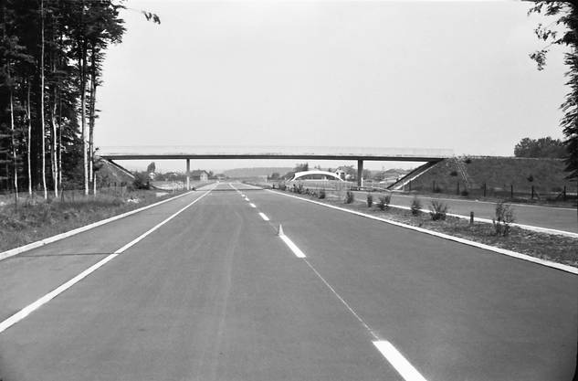 Noch jungfräulich: Die noch frische Bodenmarkierungen auf der N1 bei der Autobahnraststätte Deitingen Süd mit der vom Berner Architekten Heinz Isler entworfenen Schalenkonstruktion im Rohbau.