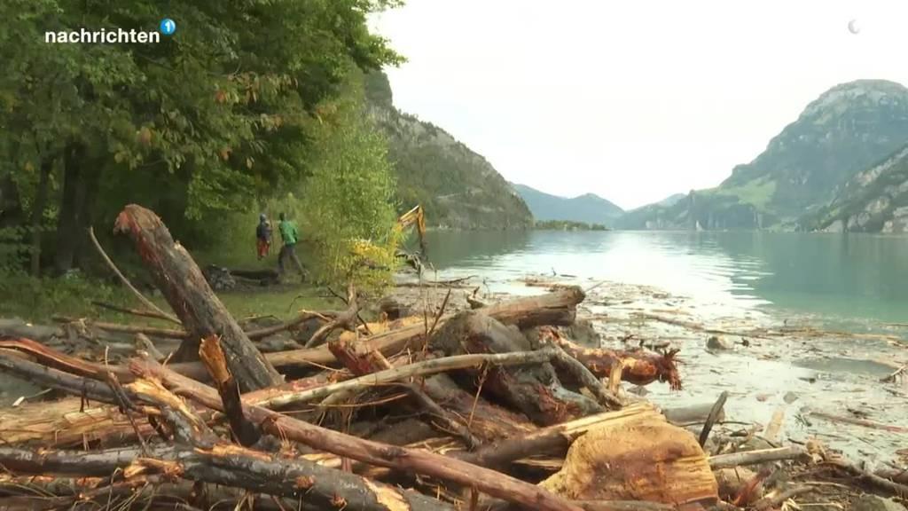 Aufräumarbeiten im See nach dem Hochwasser in Uri