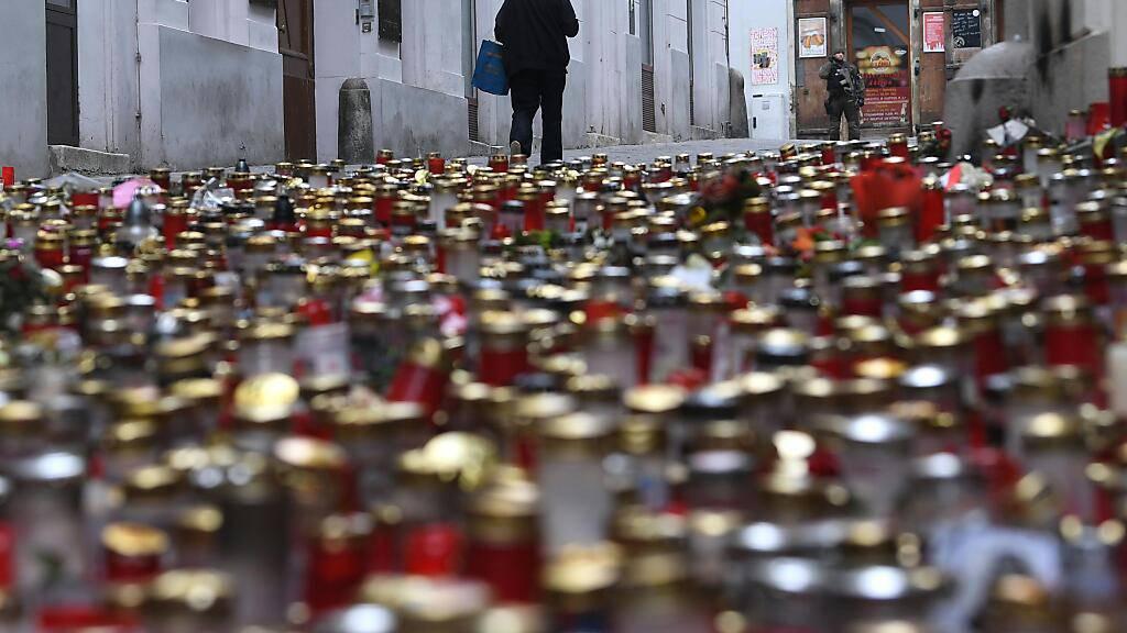 Ein Kerzen- und Blumenmeer an einem der Tatorte in der Wiener Innenstadt nach dem Terroranschlag vom 2. November. Ein in diesem Zusammenhang in Untersuchungshaft gesetzter Schweizer ist wieder auf freiem Fuss. (Archivbild)