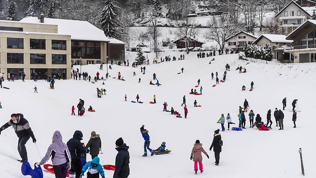Wintersport bleibt möglich: Schlitteln in Saint-Cergue VD.