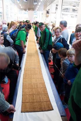 An der Züspa bäckt Heinrich Honegger den längsten Tirggel der Welt. 18,65 Meter lang wird das traditionelle Zürcher Gebäck, ehe es reisst.  Spichale