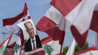 Tausende Unterstützer des libanesischen Präsidenten Michel Aoun ziehen durchs Quartier in der Nähe des Präsidentenpalasts oberhalb der Hauptstadt Beirut.