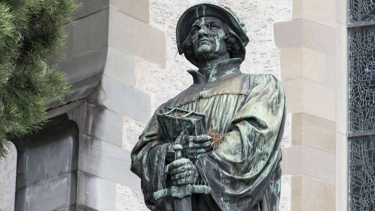 war ab 1519 Prediger im Zürcher Grossmünster. Mit seiner Bibel-Übersetzung lancierte er die Reformation in der Deutschschweiz. Er brachte die christliche Religion dem Volk in seiner eigenen Sprache nahe. Zu Zwinglis Erbe gehörte auch die Abschaffung der Bilder in der Kirche, die Aufhebung der Klöster und die Neuorganisation der Armenfürsorge.