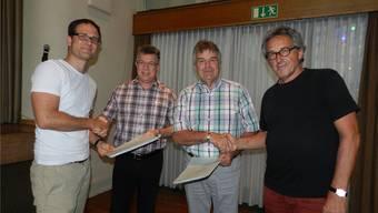 Vereinspräsident Fabian Furter (links) und Architekt Hans Furter (rechts) übergaben Vizeammann Paul Huwiler undGemeinderat Ruedi Donat symbolisch die Baugesuchsakten. Jörg Baumann