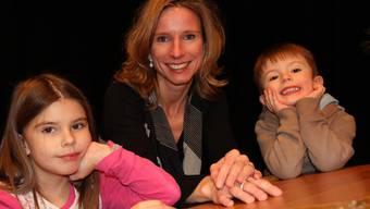 Regula Robin-Lüthi mit ihren Kindern Julie und Naël bringt Familie und Beruf unter einen Hut.Ruth Steiner
