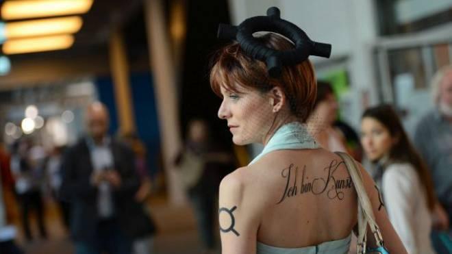 Schräger Auftritt: Anna Poetter will beim Besuch der Art Basel «die Präsenz des Geldes spüren» und sich selbst als Werk vermarkten. Foto: Juri Junkov