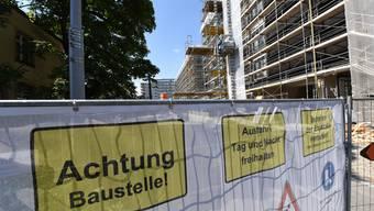 Ein neues Spitalgebäude, neue Wohngebäude und das Bettenhaus im Bildhintergrund wird umgebaut: Das Felix Platter-Areal ist eine Grossbaustelle.