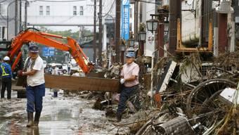 Menschen im Süden Japans versuchen ihre Strassen zu räumen. ( Foto: Kenzaburo Fukuhara/AP/KEYSTONE-SDA)