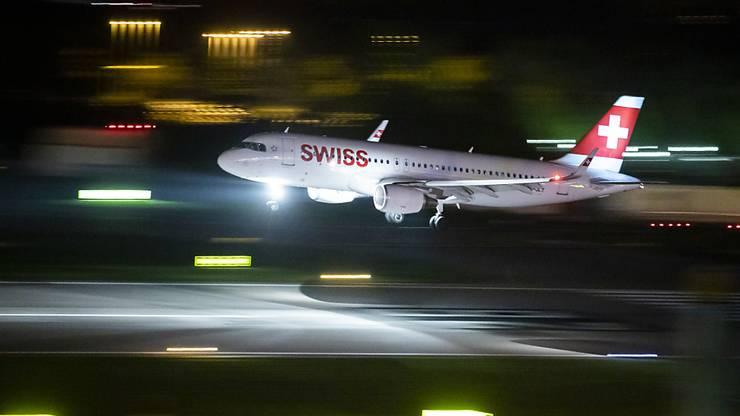 Ein Airbus A320 der Swiss im Landeanflug auf Piste 28 des Flughafens Zürich. (Archivbild)