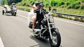 Freddy Nock und seine frischangetraute Frau auf dem Motorrad. Hier hält er den Lenker wenigsten noch mit einer Hand.