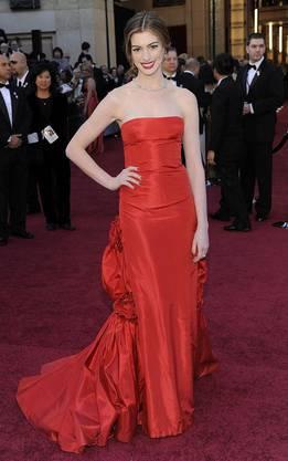 Hathaway in einer Robe von Valentino Couture.