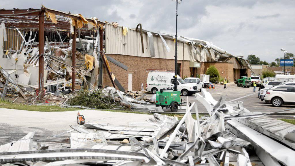 Der Sturm kam völlig unerwartet: Ein Tornado zerstört in der Stadt Tulsa im US-Bundesstaat Oklahoma nachts mehrere Gebäude und stösst Autos um.