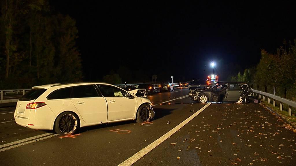 Crash mit fünf Autos – drei Personen verletzt
