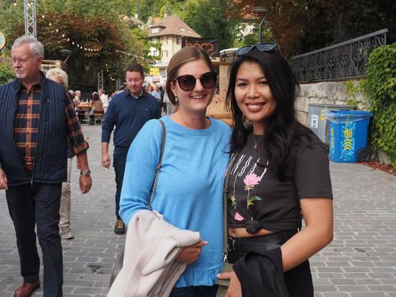 Gina aus Baden (l.) mit Freundin Ann-Margaret aus Dubai. Diese hätte nicht gedacht, dass das Dorffest so international ist.