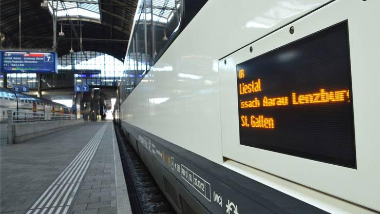 Der Zug fährt nicht mehr weiter: In Sissach war das Perron bald verlassen, alles strömte zum Busbahnhof. (Symbolbild)