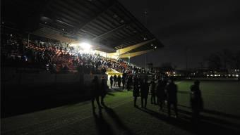 Lauschig war die Atmosphäre im Stadion Brügglifeld alleweil: Die Zuschauer und die Mannschaften warten während des Stromausfalls darauf, wie es weitergeht. Freshfocus
