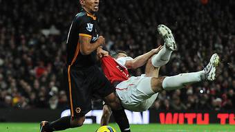 Wolves Karl Henry bringt Arsenals Robin Van Persie zu Fall.