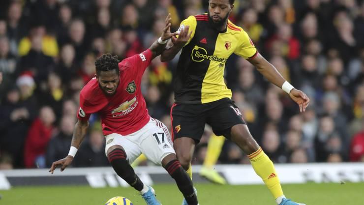 Manchester Uniteds Brasilianer Fred (links) wehrt sich gegen Nathaniel Chalobah vom FC Watford