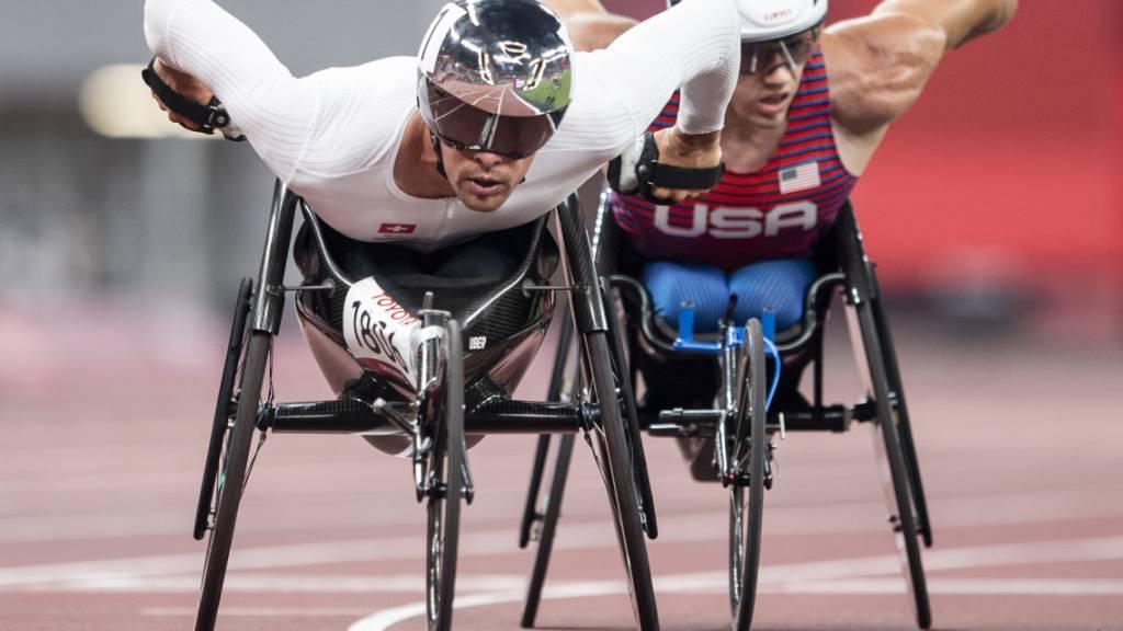 Marcel Hug (links) gewann seinen Vorlauf über 5000 m knapp vor dem US-Amerikaner Daniel Romanchuk