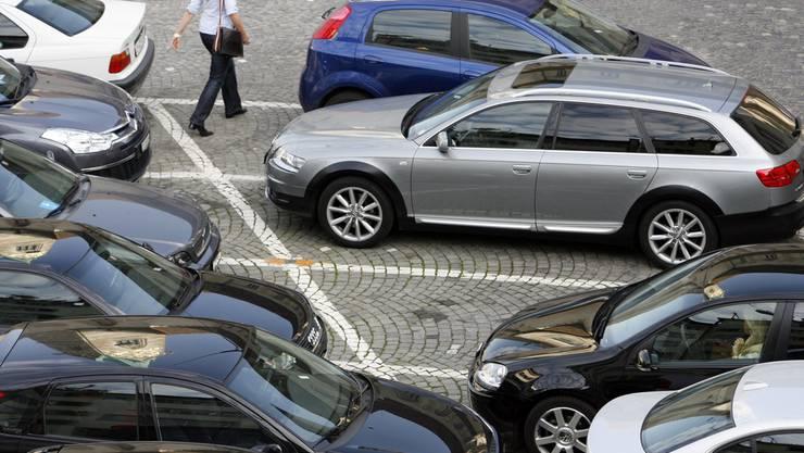 50-jährige Frau fährt in ein parkiertes Auto. (Symbolbild)