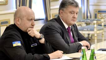 Der ukrainische Präsident Petro Poroschenko (rechts) und Oleksandr Turchynov, Chef des Nationalen Sicherheits- und Verteidigungsrates, am Donnerstag in Kiew.