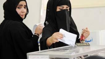 Zwei Frauen geben in einem Wahllokal in Kuwait City ihre Stimme ab. Unter den knapp 300 Kandidaten für das Parlament sind 14 Frauen. (Archiv)