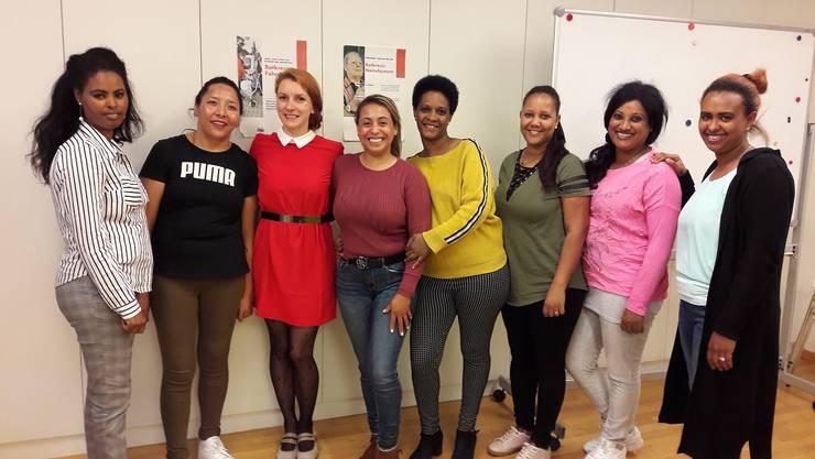 Teilnehmerinnen aus dem Kurs «Deutsch für fremdsprachige Pflegende» freuen sich über Ihren erfolgreichen Abschluss.