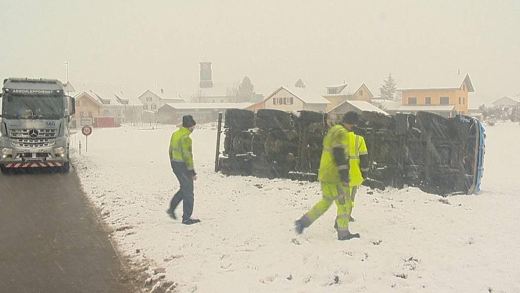Lastwagen kippt bei Basadingen auf ein Feld