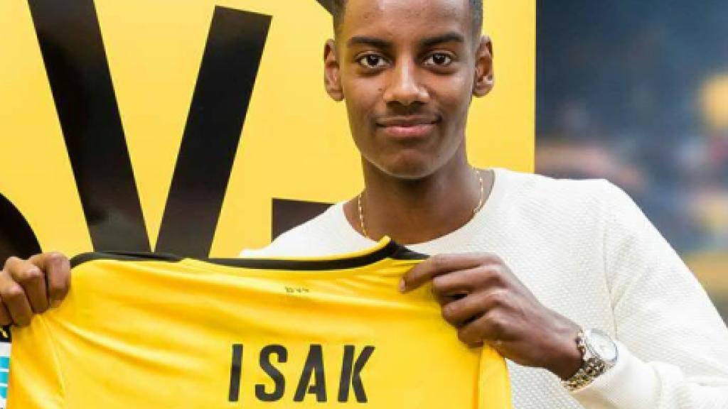 Alexander Isak präsentiert sein künftiges Trikot mit der Nummer 14. (Pressebild Borussia Dortmund)