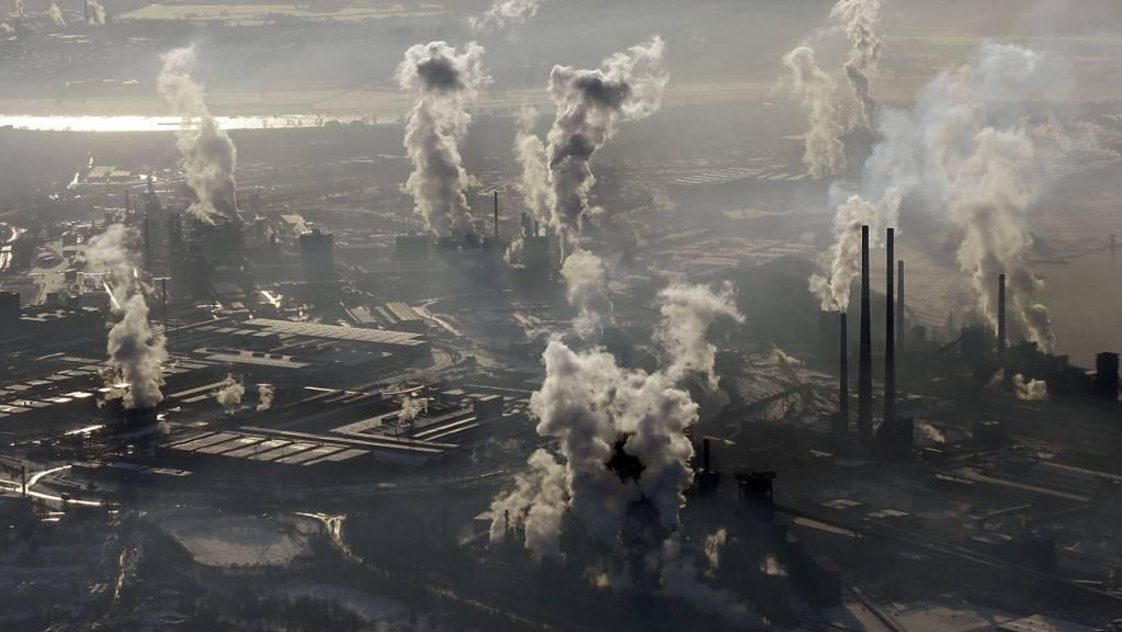 In der Stahl- und Zementindustrie werden riesige Mengen an CO2 in die Atmosphäre gepumpt. EPFL-Forscher berichten nun von einer effizienten Technologe, die den Klimakiller direkt aus Industrieanlagen abfangen soll. (Archivbild)