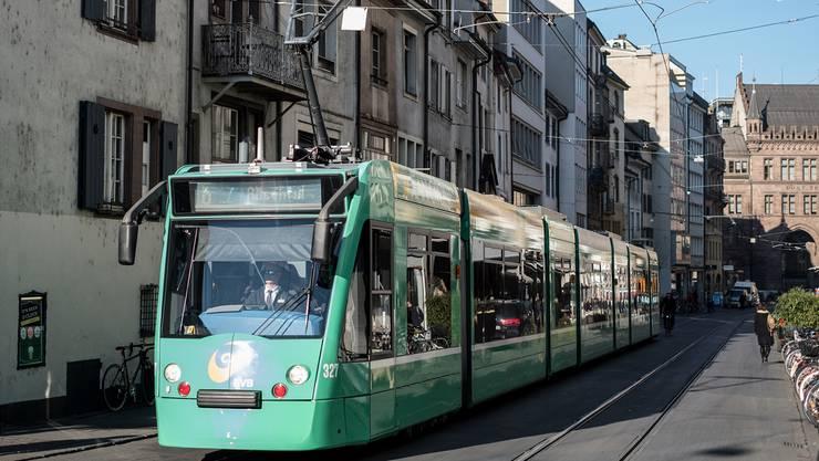 Unter Strom: Die BVB haben seit längerem zu wenig Tramführer und locken deshalb mit personalrechtlich heiklen «Zückerli».