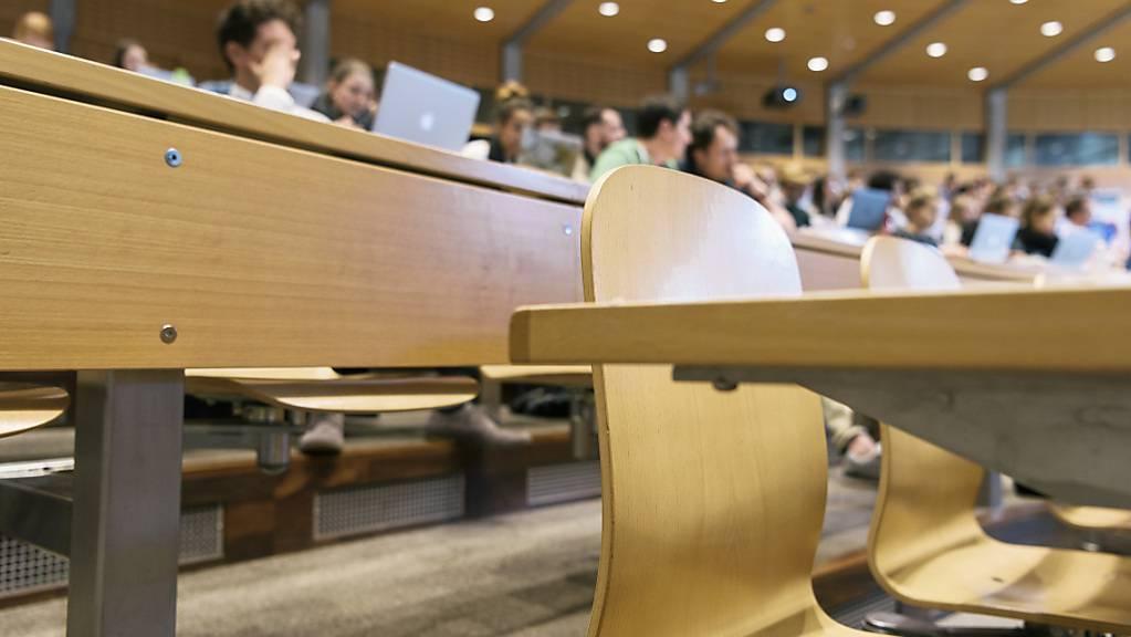 Studierende der Universität St.Gallen (HSG) werden ihren Prüfungen trotz hoher Corona-Fallzahlen vor Ort ablegen. Die Gruppen pro Saal sind auf 50 Personen begrenzt. (Symbolbild)