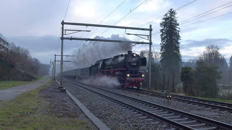 Der dampfbespannte Güterzug passiert Schönenwerd