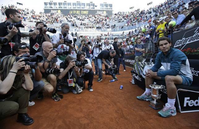 Rafael Nadal mit der Trophäe - Fotografen reissen sich um den besten Platz