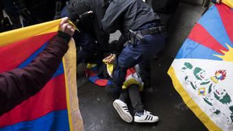 Gegen den Polizeieinsatz anlässlich der Tibet-Demonstration vom 15. Januar 2017 in Bern wurde eine Strafanzeige eingereicht. (Archivbild)
