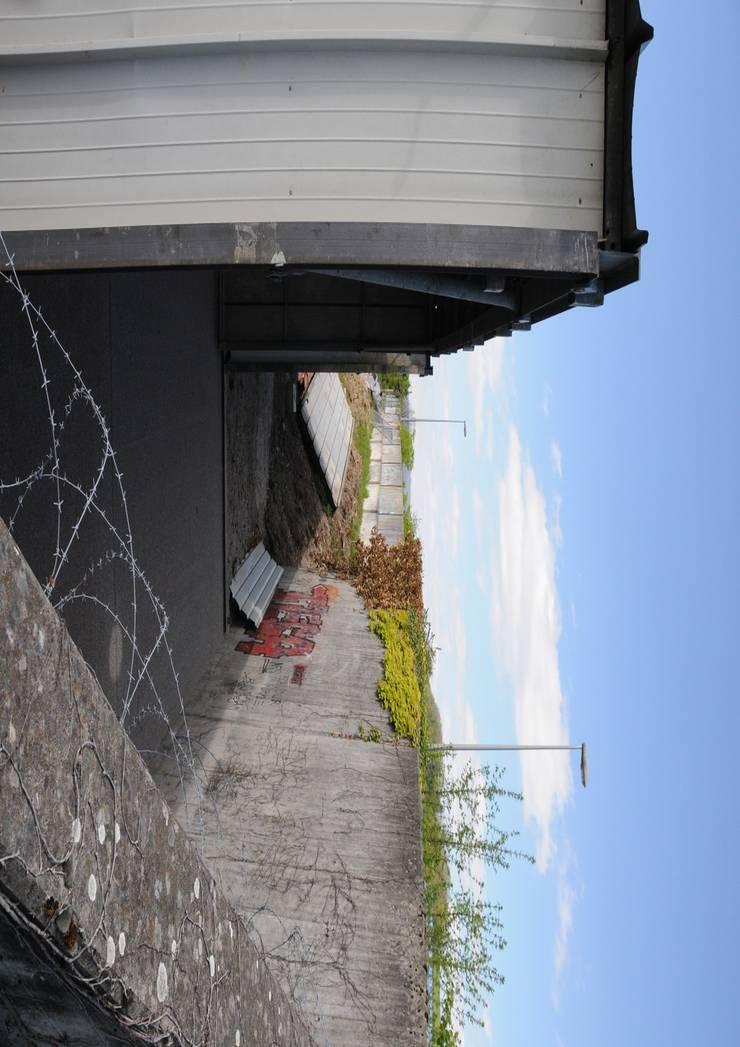 Die Baute ist nur wenige Meter von der Kantonsstrasse erstellt worden. Diese befindet sich rechts der Mauer. Für den Bau wird deshalb auch die Zustimmung des Kantons nötig sein.