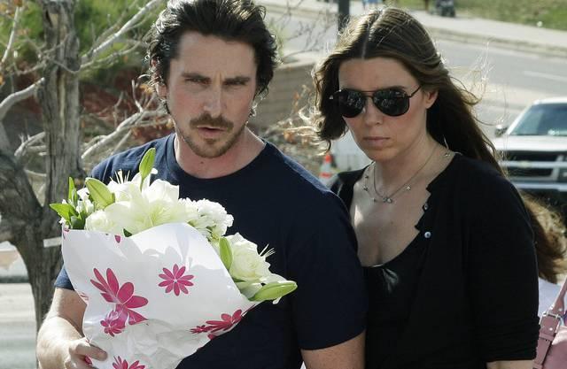 Christian Bale legte gemeinsam mit seiner Frau Sibi Blazic an der Gedenkstätte Blumen nieder
