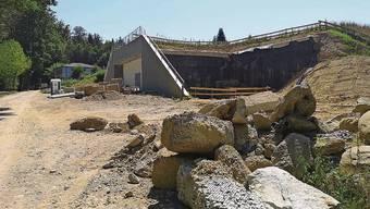 Das neue Reservoir Gönhard ist wieder eine Baustelle. Die Zuleitungen ins Schieberhaus sind undicht (Bild Westseite).